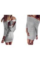 Dopasowana sukienka z odkrytymi ramionami i dekoltem na plecach