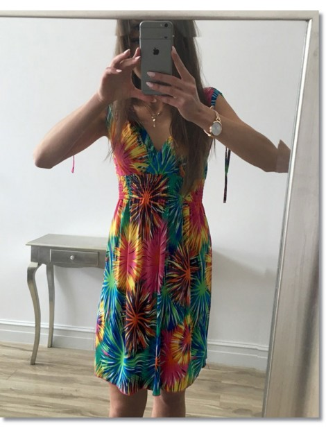 Wzorzysta sukienka z dekoltem