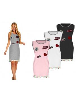 Sukienka oversize z modnymi naszywkami i frędzlami