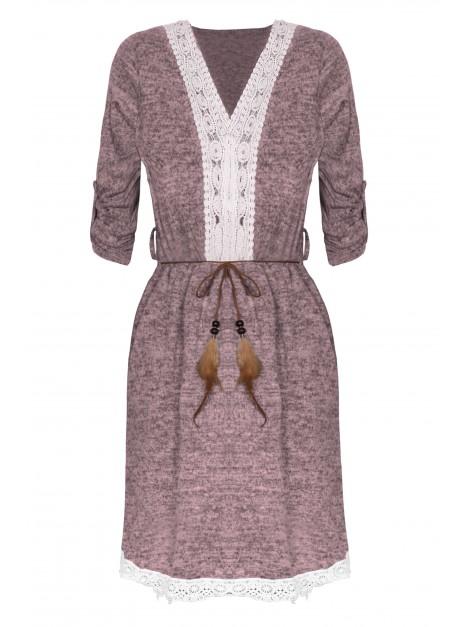 Kobieca mini sukienka z rzemykiem ozdobionym piórkiem