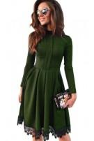 Klasyczna sukienka z koronkowym wykończeniem