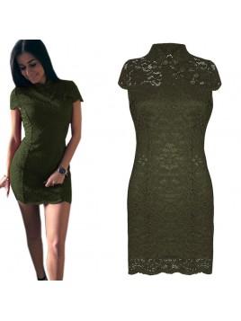Koronkowa sukienka z modnym zapięciem